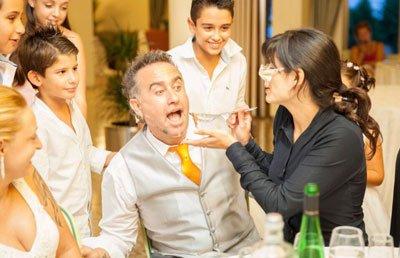 camarero falso infiltrado para tu boda